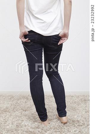 若い女性のデニム/ジーパン姿、後ろ姿 23232992