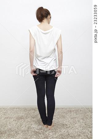 若い女性のデニム/ジーパン姿、後ろ姿 23233059