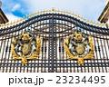 バッキンガム宮殿 正面ゲートの国章 23234495