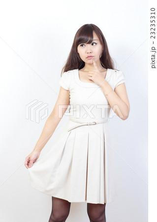 若い女性 ファッション 23235310