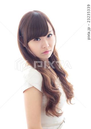 若い女性 ヘアスタイル 23235339
