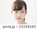 女性 ポートレート 表情 悩む 暗い 考える 目線そらし アップ 白バック 23249265