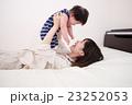 母と遊ぶ赤ちゃん 23252053