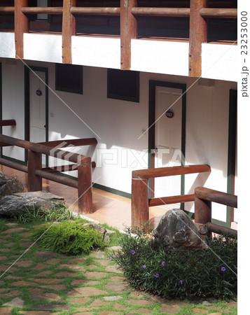 resort hotel building pathway green grass coverの写真素材 [23253000] - PIXTA