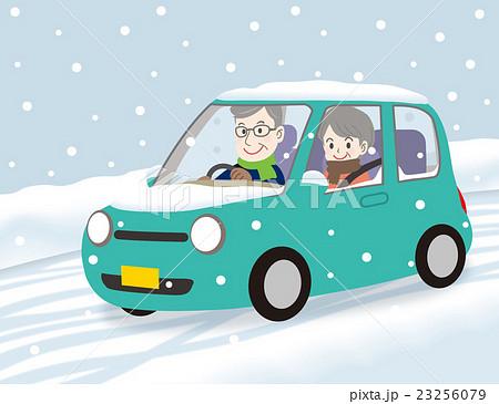 老夫婦ドライブ 雪道笑顔 青緑 23256079