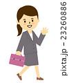 会社員女性歩く手をふる 23260886