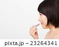 口紅を塗る女性 23264341