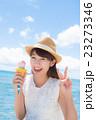 アイスを食べる女性 23273346