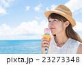 アイスを食べる女性 23273348