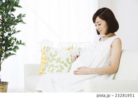 妊婦 妊娠 女性 笑顔 ミドル 人物 マタニティー マタニティ 高齢出産 リビング 23281951