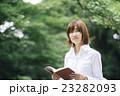 女性 自然 緑 読書 23282093