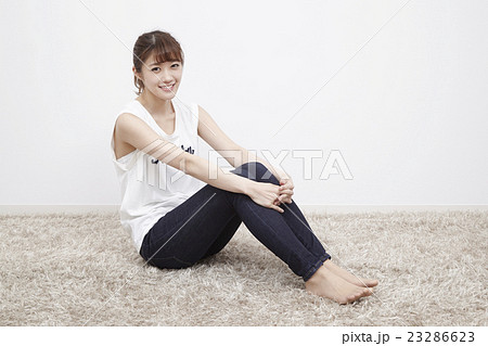 体育座りの可愛い女の子 23286623