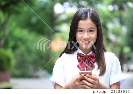 電話をする女子中学生 23288916