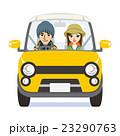 黄色い車に乗るカップル 秋のファッション 23290763