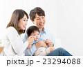 家族ポートレート 家族団欒 新米家族 赤ちゃんと両親 コピースペース 白バック 幸せな3人家族 23294088