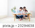 家族ポートレート 不動産 住宅購入 マイホーム計画 赤ちゃんと両親 コピースペース 23294638