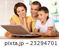 ファミリー 家庭 家族の写真 23294701
