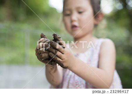 泥遊びをする女の子 23296417
