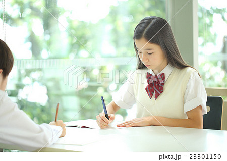 勉強する中学生 23301150