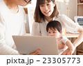 パソコンを見る若い家族 23305773