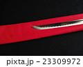 日本刀の刀身に赤と黒のフェルト地のコピースペース 23309972
