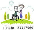 車椅子に乗る夫と妻 23317569
