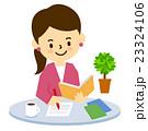 かわいい女性カフェでお茶を飲む 23324106