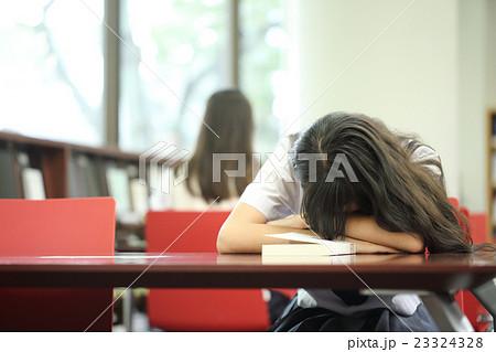 図書館で寝る学生 23324328