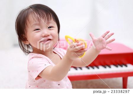 赤ちゃん (トイピアノ オモチャ おもちゃ ベビー 1歳 1才 笑顔 笑う 遊ぶ 玩具 子供 赤子) 23338297