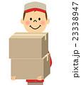 荷物を運ぶ作業服の男性 23338947