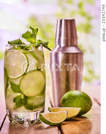 On wooden boards is glasses with mohito and knife.の写真素材 [23342749] - PIXTA