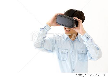 VR バーチャルリアリティ 男性 男の人 コピースペース 白バック 23347894