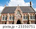 ロンドン郊外の赤煉瓦と柄のついた屋根の歴史的建物 23350751