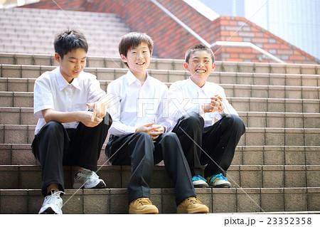 楽しくお話する男子中学生の写真...