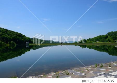 鏡のような湖 23363535