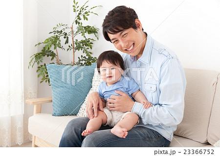イクメンと赤ちゃん 23366752