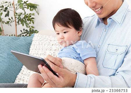 イクメンと赤ちゃん 23366753