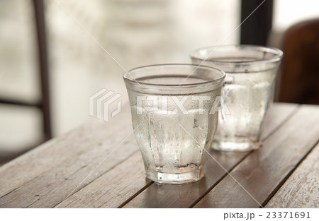 Glass water on table with poor light background.の写真素材 [23371691] - PIXTA