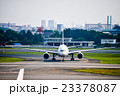 大阪空港夕暮れのジェット旅客機 23378087