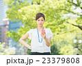 新緑 夏 スマホを持つ女性(ビジネス) 23379808