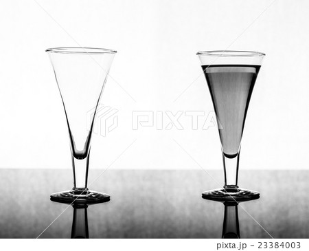 glass empty and fullの写真素材 [23384003] - PIXTA