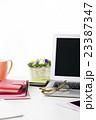 ビジネス オフィス 会議 パソコン 眼鏡 スマートフォン ミーティング 打ち合わせ  23387347