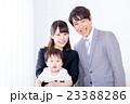 家族ポートレート 家族団欒 新米家族 赤ちゃんと両親 コピースペース 白バック 幸せな3人家族 23388286