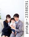 家族ポートレート 家族団欒 新米家族 赤ちゃんと両親 コピースペース 白バック 幸せな3人家族 23388291