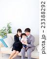 家族ポートレート 家族団欒 新米家族 赤ちゃんと両親 コピースペース 白バック 幸せな3人家族 23388292