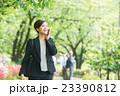 スーツで歩く女性(ビジネス 新緑) 23390812