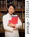 図書館 白衣の女性 23391114
