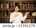 図書館 白衣の女性 23391276