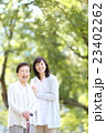 シニア女性 散歩 23402262