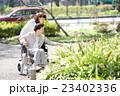 シニア女性 車椅子 散歩 23402336